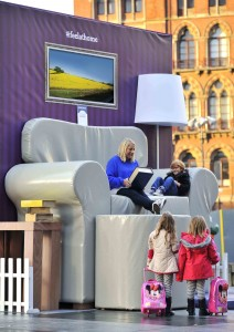 GIANT COMFY CHAIR STOPS PASSENGERS IN THEIR TRACKS AT KINGS CROSS SQUARE